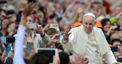 le-pape-francois-salue-la-foule-place-saint-pierre-au-vatican-le-11-mai-2016_5596313